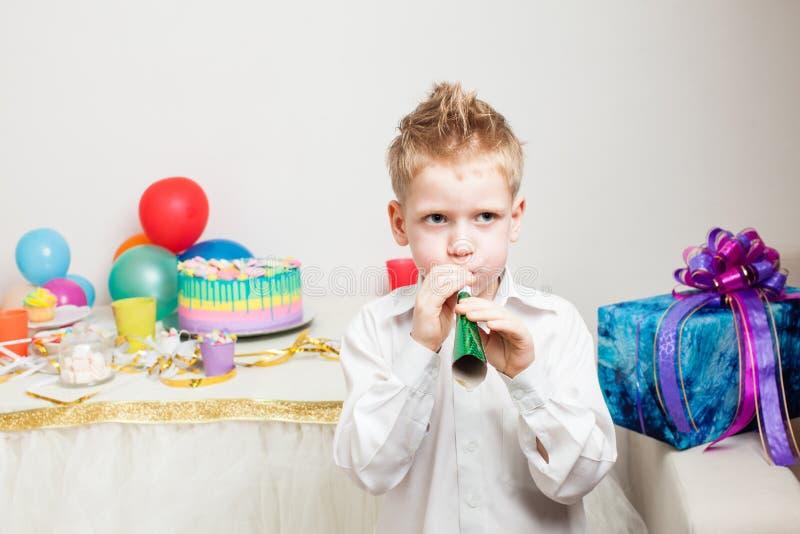 Il ragazzo adorabile celebraiting la festa di compleanno immagini stock
