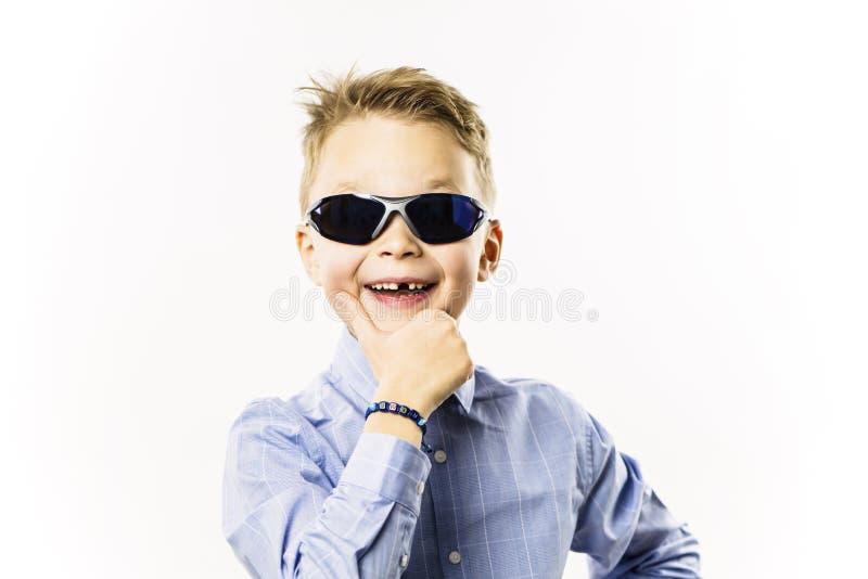 Il ragazzo alla moda senza un dente anteriore sta sorridendo immagine stock libera da diritti