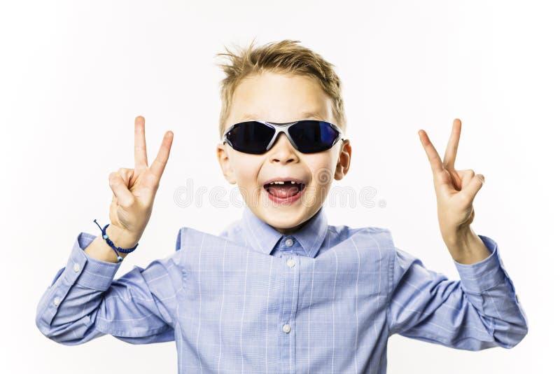 Il ragazzo alla moda senza un dente anteriore sta sorridendo fotografia stock libera da diritti