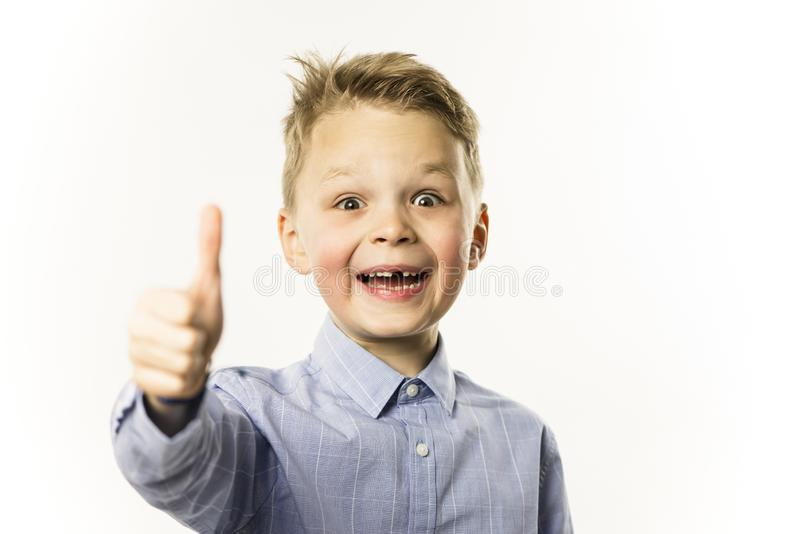 Il ragazzo alla moda senza un dente anteriore sta sorridendo immagini stock libere da diritti