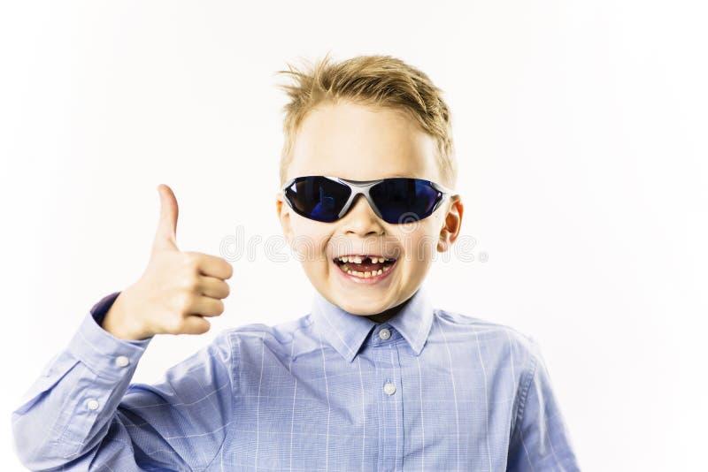 Il ragazzo alla moda senza un dente anteriore sta sorridendo immagine stock