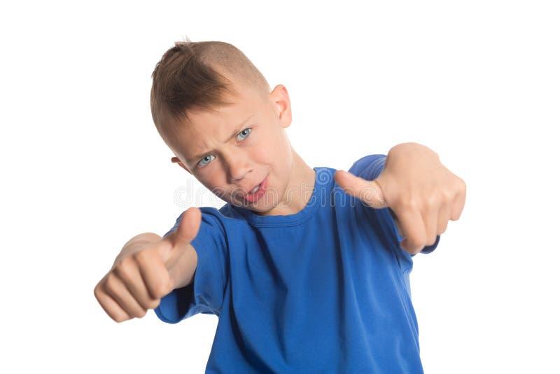 Il ragazzo allegro che mostra i pollici aumenta il gesto immagini stock libere da diritti