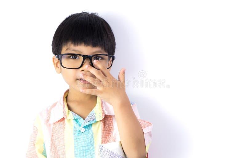 Il ragazzo asiatico del nerd sta toccando i suoi vetri fotografia stock libera da diritti