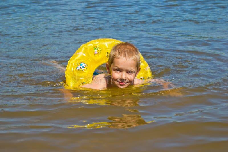 Il ragazzo bagna nel fiume immagini stock