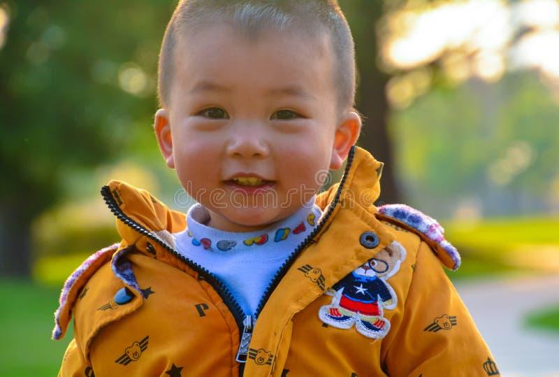 Il ragazzo che cresce al sole fotografia stock