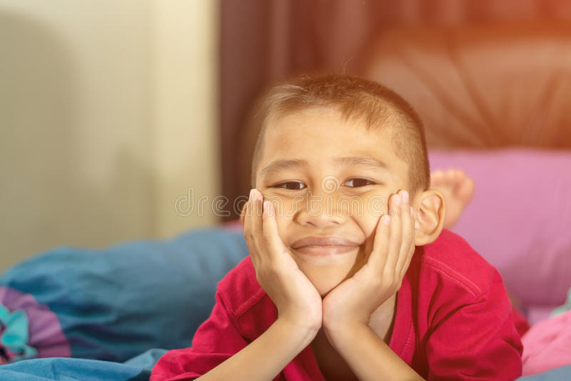 Il ragazzo che sorride felicemente fotografie stock
