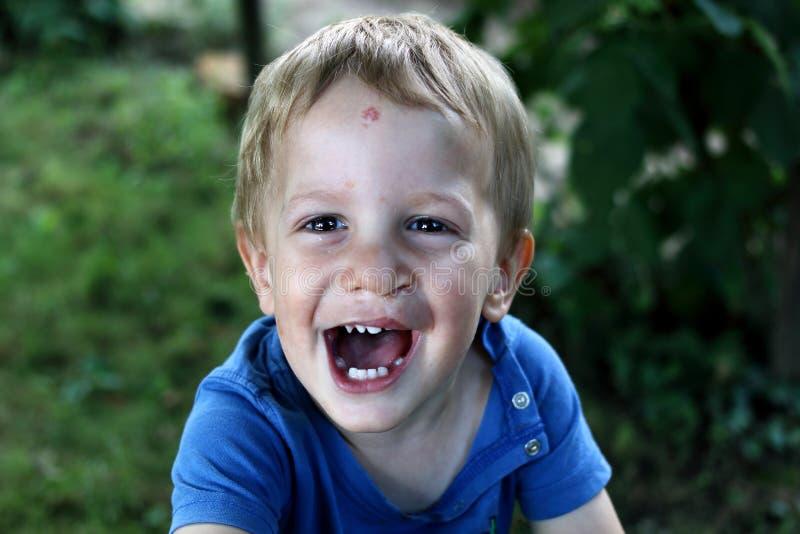 Il ragazzo con la clip lasciata sta ridendo fotografie stock libere da diritti