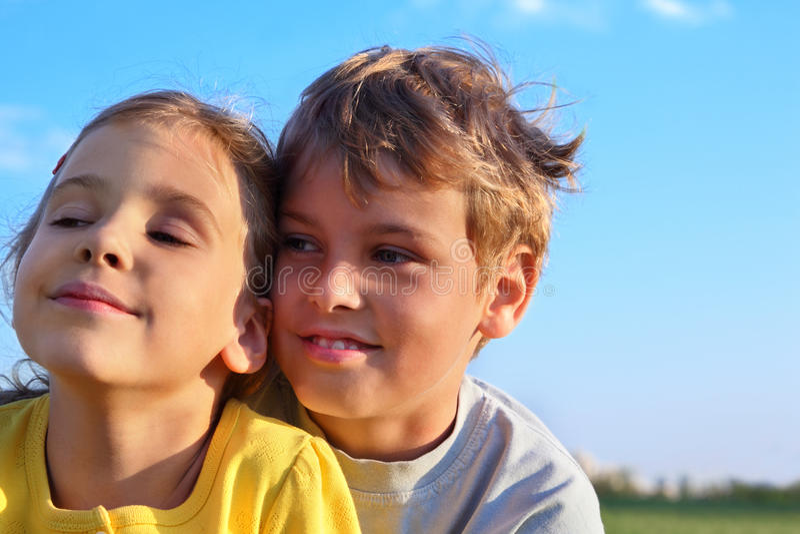 Il ragazzo e la ragazza sorridono ed osservano verso fotografie stock