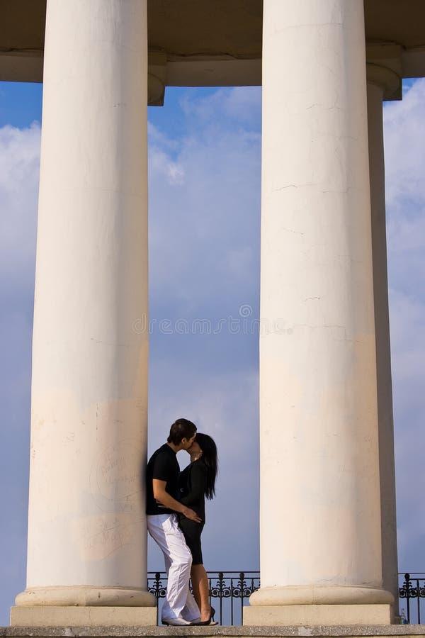 Il ragazzo e la ragazza stanno baciando immagini stock libere da diritti