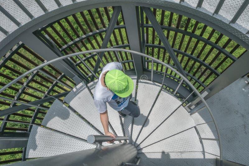 Il ragazzo e le scale circolari fotografia stock libera da diritti