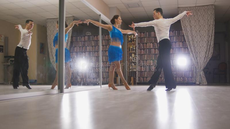 Il ragazzo e un tipo stanno ballando la salsa fotografia stock libera da diritti