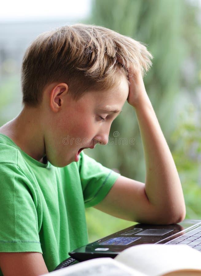 Il ragazzo ha alesato con lavoro immagini stock libere da diritti