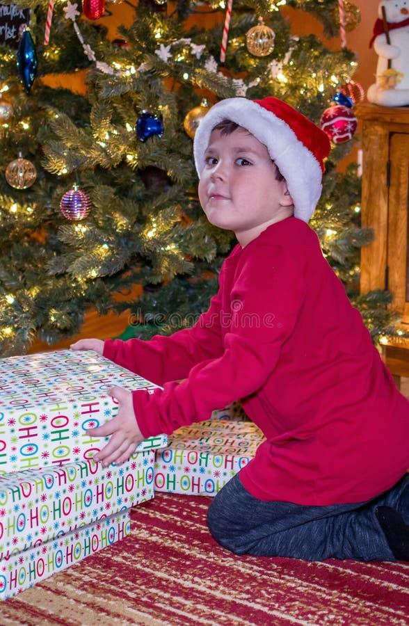 Il ragazzo ha preso essere pacchetti d'agitazione impertinenti fotografie stock libere da diritti