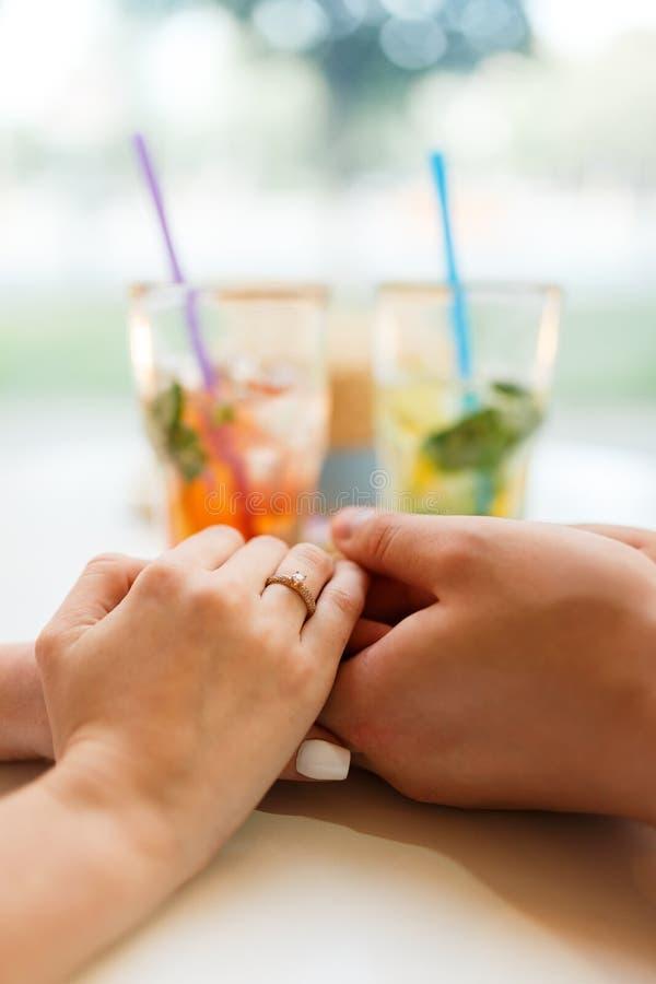 Il ragazzo ha sorpreso la sua amica con l'impegno Ring In Restaurant fotografia stock