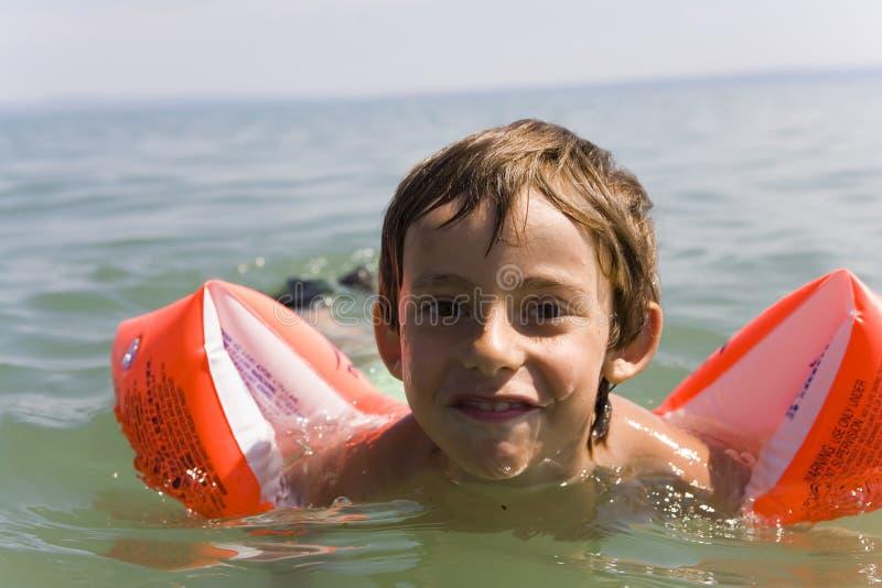Il ragazzo impara il nuoto fotografia stock