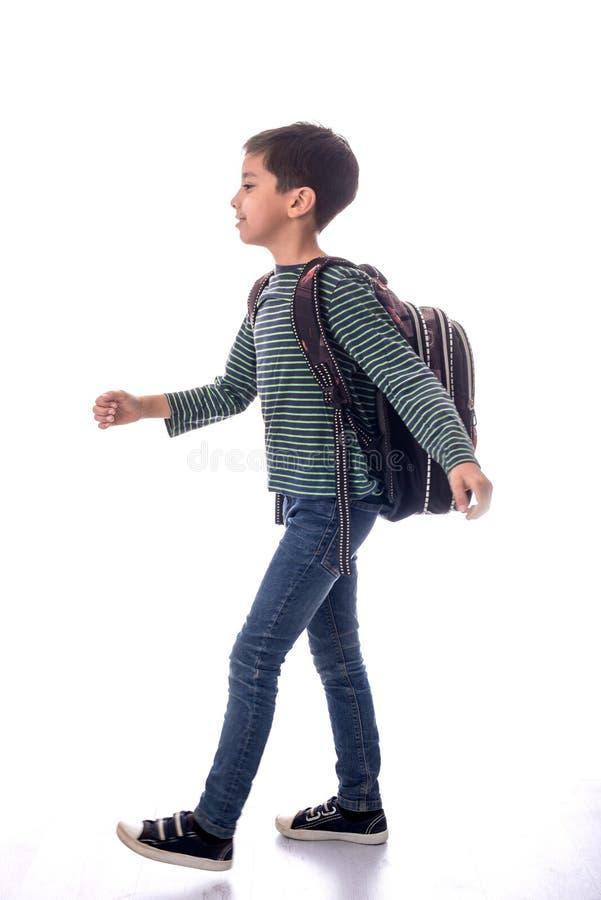 """Il ragazzo in jeans e cartella del ² del 'Ð del """"Ñ della maglietta Ñ va a scuola fotografie stock libere da diritti"""