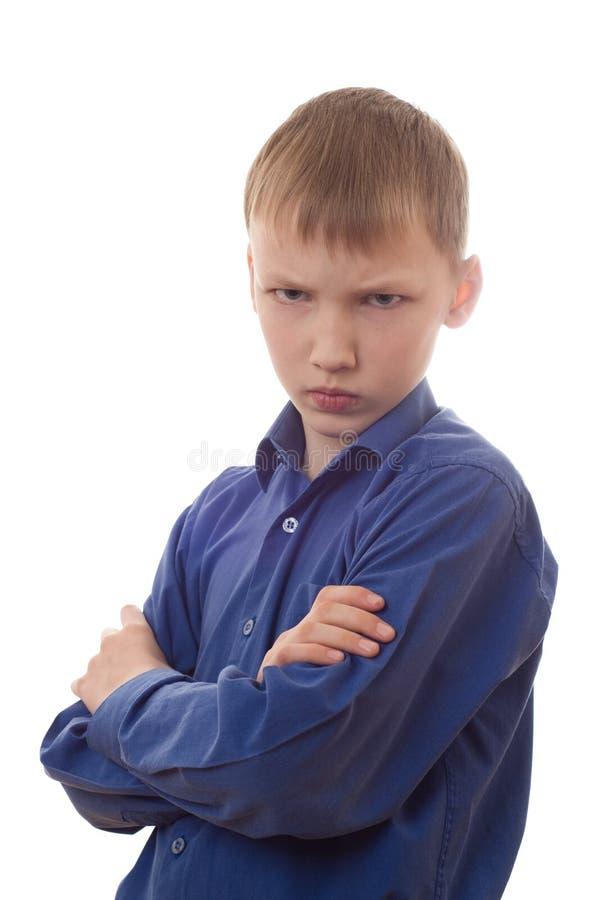 Il ragazzo nella camicia blu è uno sguardo di hurt immagini stock
