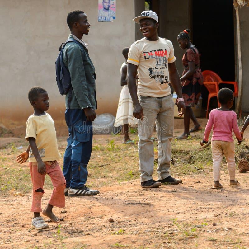 Il ragazzo non identificato di Ashanti cammina in una scarpa nel villaggio locale fotografie stock libere da diritti