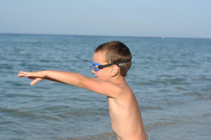 Il ragazzo prepara tuffarsi fotografia stock libera da diritti
