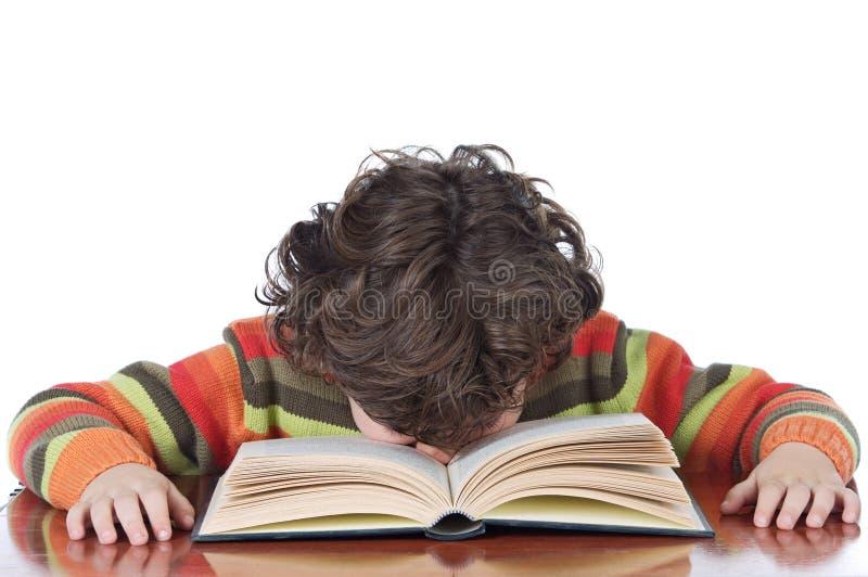 Il ragazzo si è stancato per studiare immagine stock libera da diritti
