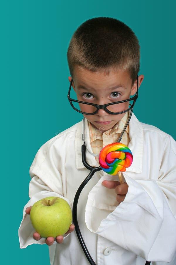 Il ragazzo si è vestito in su come medico fotografia stock