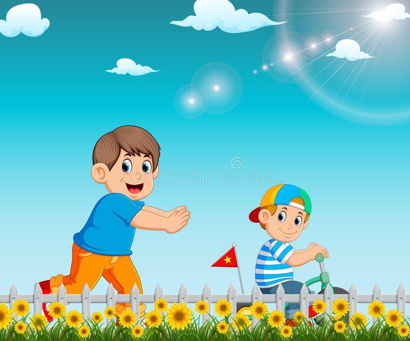 Il ragazzo sta correndo a suo fratello che guidando la bicicletta nel giardino royalty illustrazione gratis