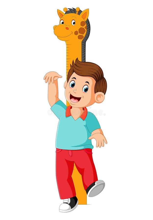 Il ragazzo sta misurando con il corpo sull'altezza della misura della giraffa royalty illustrazione gratis