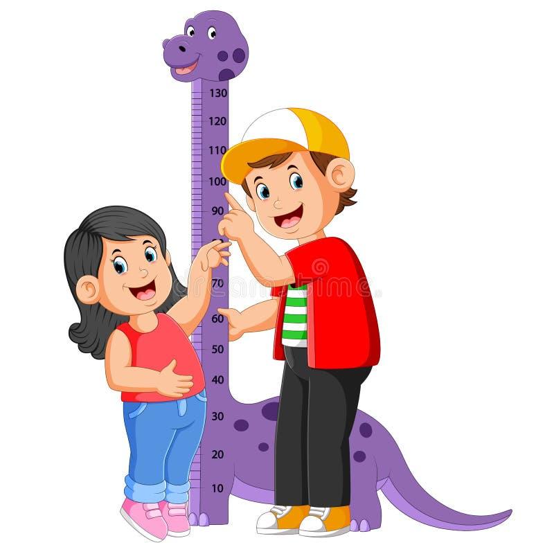 Il ragazzo sta misurando sua sorella sull'altezza della misura del dinosauro illustrazione di stock