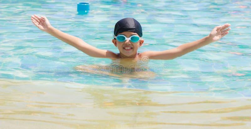 Il ragazzo sta nuotando nello stagno immagine stock libera da diritti