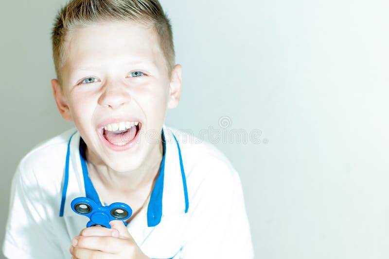Il ragazzo sta tenendo un filatore immagini stock libere da diritti