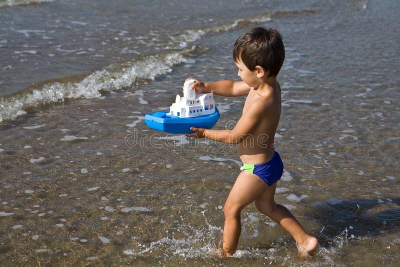 Il ragazzo trasporta giocattolo-spedice immagini stock libere da diritti