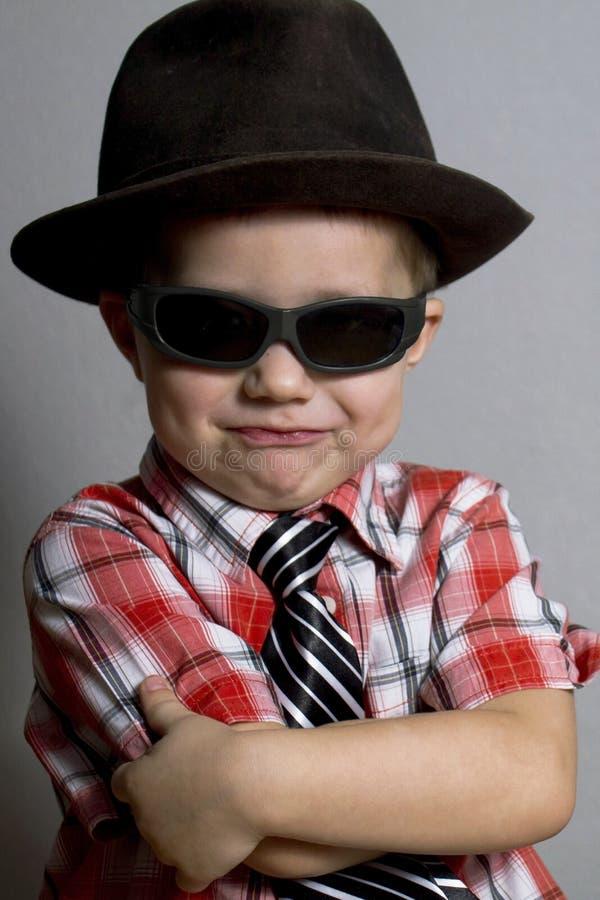 Il ragazzo in un cappello e nei vetri neri immagini stock libere da diritti
