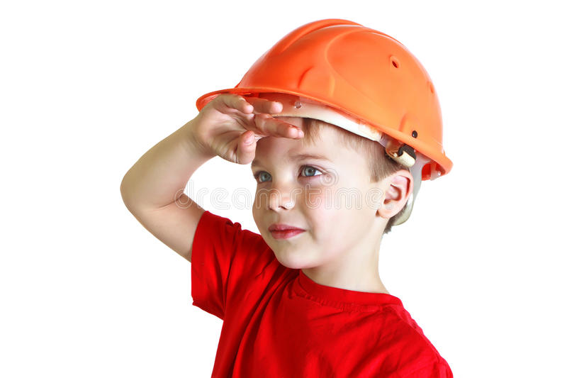 Il ragazzo in un casco esamina la distanza fotografie stock libere da diritti