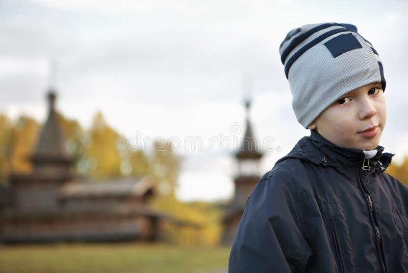Il ragazzo vicino alle chiese immagine stock