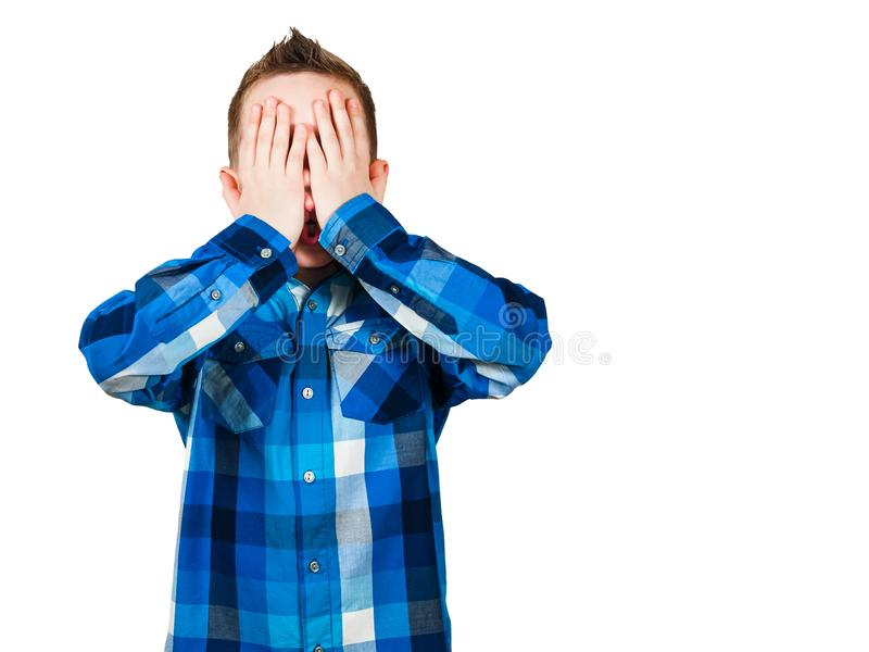 Il ragazzo vicino i suoi occhi con le sue mani Isolato su priorit? bassa bianca immagini stock