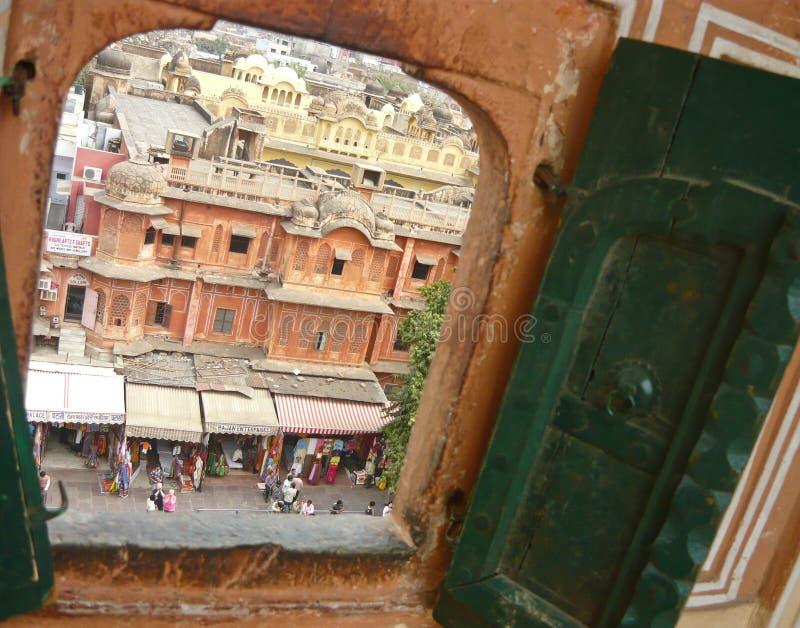 Il Ragiastan (città di Jaipur) attraverso la finestra fotografia stock libera da diritti