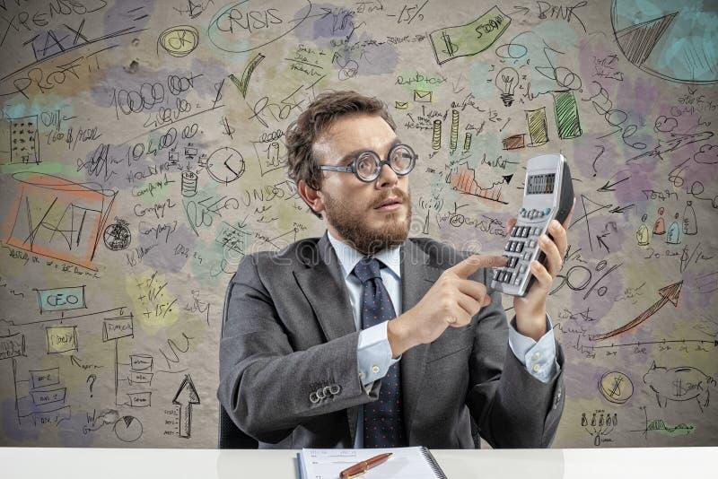 Il ragioniere del nerd fa il calcolo del reddito della società immagini stock libere da diritti