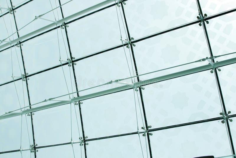 Il ragno preme il montaggio del vetro sul tetto dell'aeroporto del Dubai immagini stock