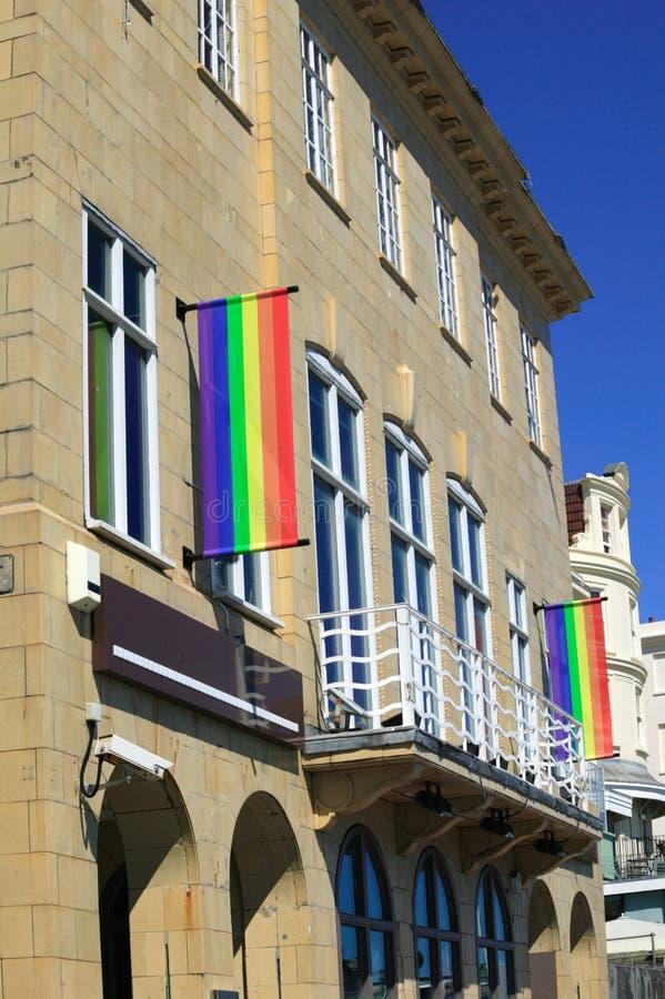 Il Rainbow inbandiera il volo su una barra di hotel immagini stock