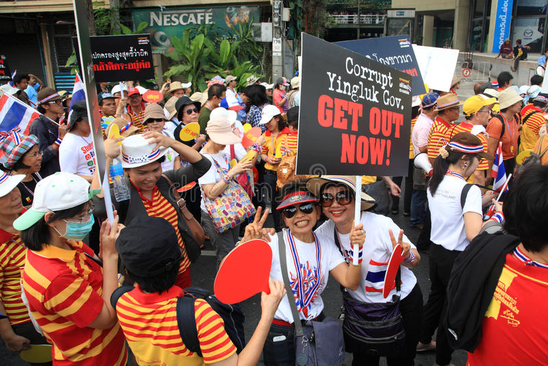 Il raisng tailandese dei protestatari esce l'insegna di Yingluck fotografia stock libera da diritti