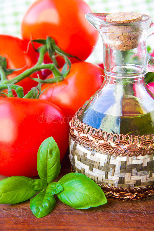 Download Il Ramo Del Pomodoro Fresco E Di Una Bottiglia Di Olio D'oliva Con Basilico Fotografia Stock - Immagine di podere, abbondanza: 30826294