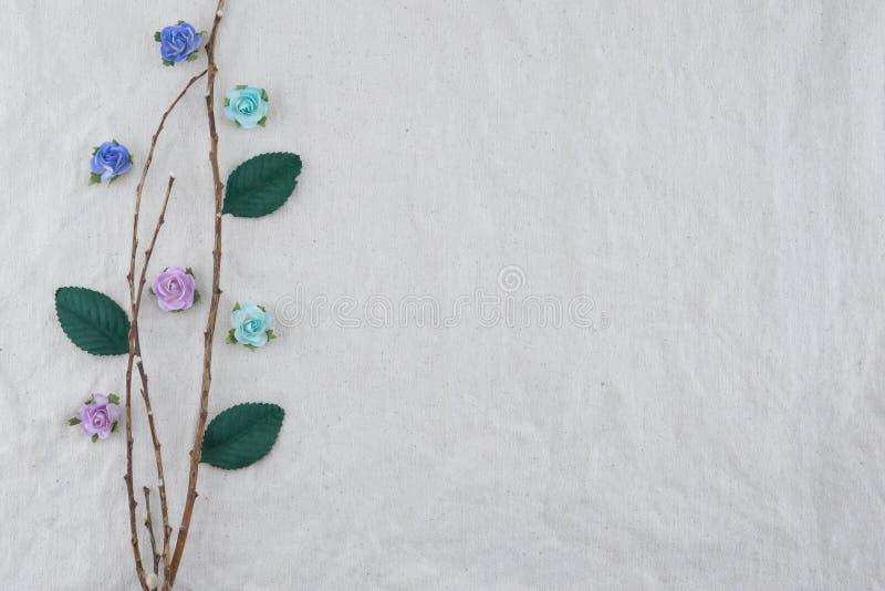 Il ramo di Brown decora con i fiori di carta della rosa blu del tono immagini stock libere da diritti
