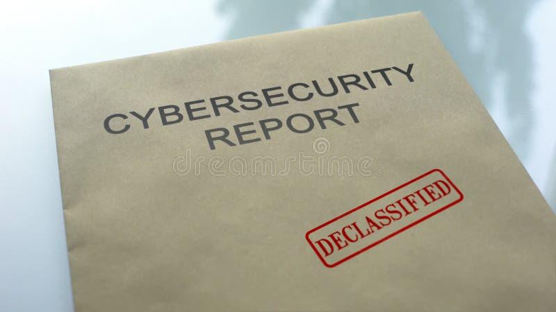 Il rapporto di Cybersecurity ha declassificato, guarnizione ha timbrato sulla cartella, documenti importanti fotografie stock libere da diritti