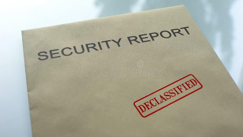Il rapporto di sicurezza ha declassificato, guarnizione ha timbrato sulla cartella con i documenti importanti fotografia stock