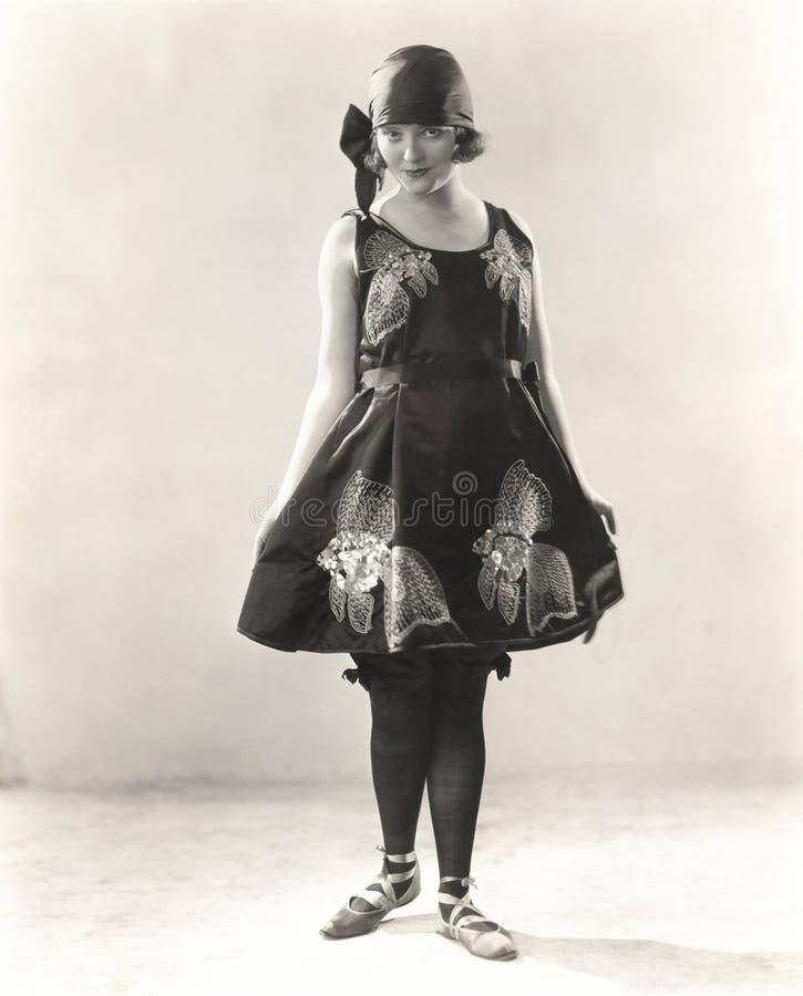 Il raso d'uso della donna ha ricamato il costume della spiaggia, gli anni 20 fotografie stock libere da diritti