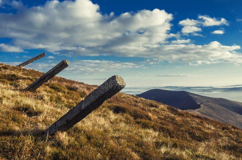Il recinto concreto rimane alto nelle montagne fotografie stock libere da diritti