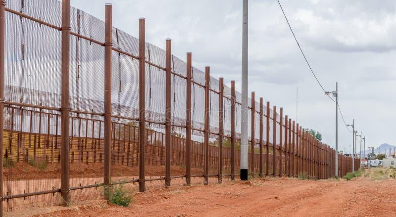 Il recinto del confine che separa gli Stati Uniti dal Messico fotografia stock libera da diritti