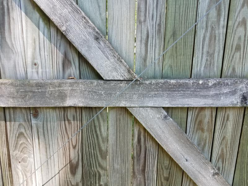 Il recinto di legno con legno marrone si imbarca sui criss attraversati immagine stock