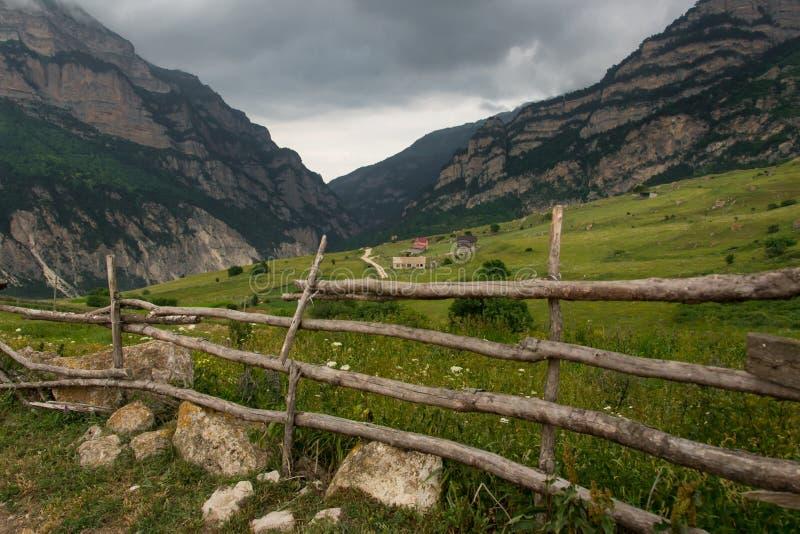 Il recinto di legno, recinta un paesino di montagna immagini stock libere da diritti