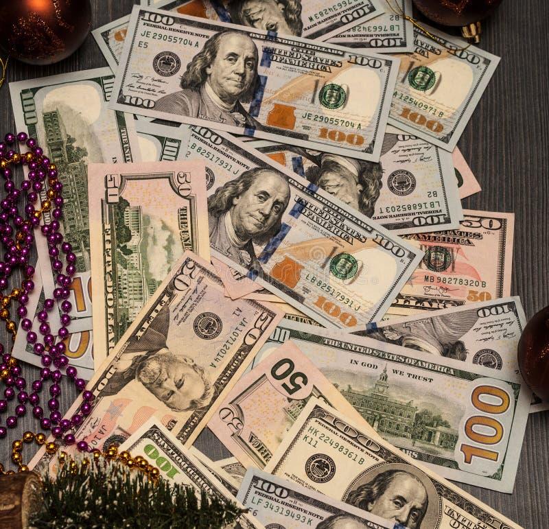 Il reddito è espresso in denaro sotto l'albero di Natale, motivo del ` s del nuovo anno fotografia stock libera da diritti